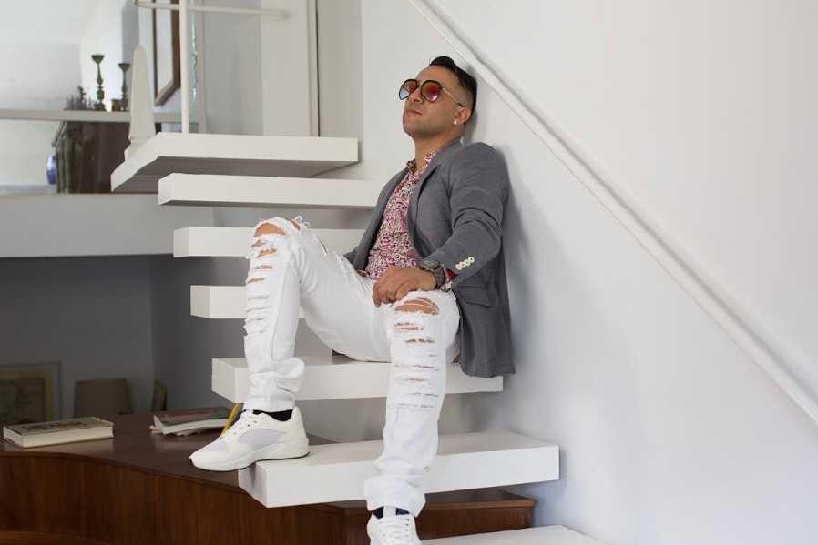 mister mimon reposa en las escaleras de un lujoso apartamento